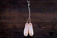 Baletniczy pointe buty na ciemnej drewnianej tło odgórnego widoku kopii przestrzeni Fotografia Royalty Free