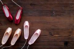 Baletniczy pointe buty na ciemnej drewnianej tło odgórnego widoku kopii przestrzeni Zdjęcie Stock