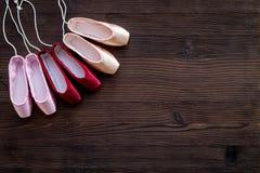 Baletniczy pointe buty na ciemnej drewnianej tło odgórnego widoku kopii przestrzeni Obrazy Royalty Free