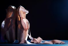 Baletniczy pointe buty na ciemnym tle Zdjęcia Royalty Free