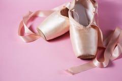 Baletniczy pointe buty na różowym tle Fotografia Royalty Free
