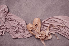 Baletniczy pointe buty na różowym tle Zdjęcia Stock