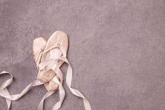 Baletniczy pointe buty na różowym tle Zdjęcia Royalty Free