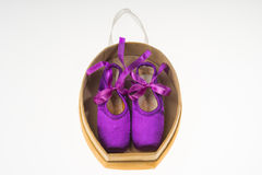 Baletniczy pointe buty w teraźniejszości pudełka bielu tle Obraz Stock