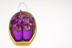 Baletniczy pointe buty w teraźniejszości pudełka bielu tle Zdjęcie Stock