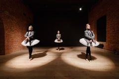 Baletniczy pojęcie Młode balerin dziewczyny Kobiety przy próbą w białej spódniczce baletnicy i popielatej kurtce Przygotowywa a Zdjęcie Stock