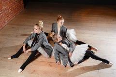 Baletniczy pojęcie Młode balerin dziewczyny relaksują obsiadanie na podłoga Kobiety przy próbą w białej spódniczce baletnicy i po Fotografia Stock
