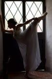 Baletniczy tancerz grże up przed występem w scenie Obrazy Royalty Free