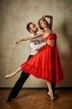 Baletniczy tancerz i łaciński tancerz mieszamy style wpólnie Obrazy Royalty Free