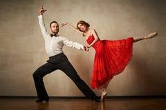 Baletniczy tancerz i łaciński tancerz mieszamy style wpólnie Fotografia Stock