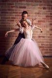 Baletniczy tancerz i łaciński tancerz mieszamy style wpólnie Zdjęcie Stock