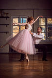 Baletniczy tancerz i łaciński tancerz mieszamy style wpólnie Zdjęcia Stock
