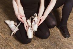Baletniczy tancerz trzyma baletniczego pointe Zdjęcia Royalty Free