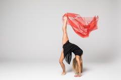 Baletniczy tancerz w pracie tancerz z czerwonym jedwabiem w powietrzu na białym tle Obraz Stock