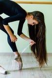 Baletniczy tancerz Zasznurowywa Up Obraz Royalty Free