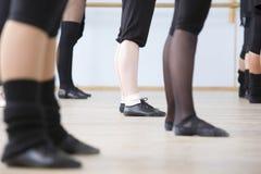 Baletniczy tancerze Ćwiczy W próba pokoju fotografia stock