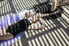 Baletniczy tancerze pozuje outdoors zdjęcie stock