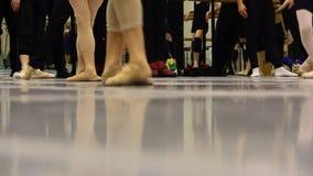 Balettövning, uppvärmning för show, slut upp av ben och fot lager videofilmer
