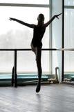 Balettdansör i arabesqueposition Arkivbilder