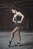 Balettdansör i position arkivbild