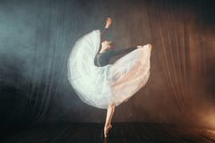 Balettdansör i rörelse på etappen i teater Royaltyfri Fotografi