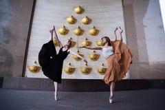 Balettdansör på stadsgatan royaltyfria bilder