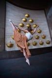 Balettdansör på stadsgatan arkivfoto