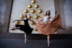 Balettdansörer på stadsgatan arkivfoton