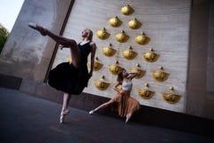 Balettdansörer på stadsgatan royaltyfri fotografi