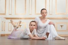 Balettdansörer som poserar med choklad Royaltyfri Fotografi