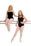 Balettdansstudenter på barren Arkivbild