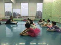 Balettgrupp och klassrum royaltyfria foton