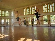 Balettskolaövning i den Camaguey Kuban Royaltyfri Foto