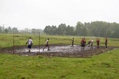 Balgelijke, spelers die in de modder, balmodder, 07 lopen 2011, Polen royalty-vrije stock afbeeldingen