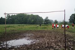 Balgelijke, spelers die in de modder, balmodder, 07 lopen 2011, Polen royalty-vrije stock foto's