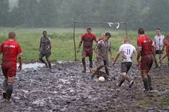 Balgelijke, spelers die in de modder, balmodder, 07 lopen 2011, Polen stock foto