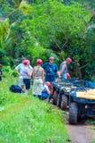 BALI Ö, INDONESIEN - AUGUSTI 25, 2008: Grupp av turistdriv royaltyfria foton