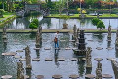 BALI Ö, INDONESIEN - DECEMBER 17, 2017: Mannen går i si Arkivbilder
