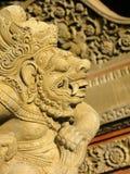 BALI Ö - INDONESIEN - JULI 2007: Profil av stenförebilden i templet av Bali arkivbild