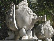 BALI Ö - INDONESIEN JULI 2007: Skulpturer som står nära havet i Bali arkivbild