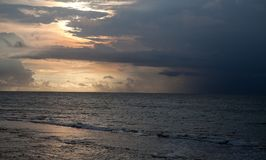bali Индонесия Заход солнца над морским побережьем отразил в воде стоковая фотография rf