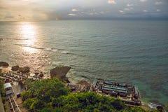 bali Индонесия Заход солнца над морским побережьем отразил в воде стоковая фотография