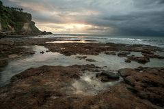 bali Индонесия Заход солнца над морским побережьем отразил в wate стоковая фотография rf