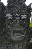bali Индонесия 8-ОЕ ОКТЯБРЯ 2018 Страшная выглядя скульптура традиционной черноты острова Бали каменная покрытая с мхом и лишайни стоковые фото