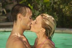 Bali 1 che bacia nella piscina Immagini Stock Libere da Diritti