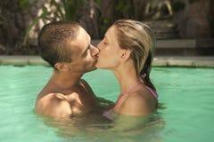 Bali 1 embrassant dans la piscine Images libres de droits