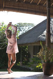 Bali 1 que estira con los brazos para arriba Foto de archivo