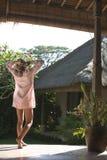 Bali 1 que estira en patio Imagen de archivo