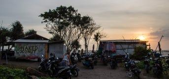 BALI, BERAWA-STRAND, INDONESIEN IM MÄRZ 2017: Lokales Strandbar ` nacktes Kokosnuss ` zur Sonnenuntergangzeit vom Parkplatz mit v Stockfoto