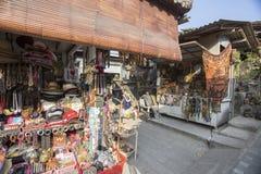 Bali circa September 2015: Den Tanah lotttemplet, den viktigaste indutemplet av Bali, Indonesien Royaltyfri Foto
